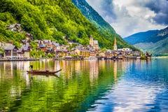 Hallstatt con la barca tradizionale di Plätte, Salzkammergut, Austria Immagine Stock Libera da Diritti