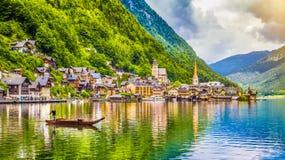 Hallstatt con la barca tradizionale di Plätte, Salzkammergut, Austria Immagini Stock Libere da Diritti