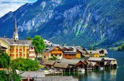 Hallstatt dans le paysage scénique de l'Autriche d'Alpes de montagnes photos stock