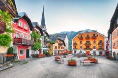 Hallstatt fyrkant i Österrike fjällängberg royaltyfri foto