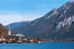 Hallstatt górska wioska na słonecznym dniu od klasycznego pocztówkowego punkt widzenia Salzkammergut Austria obrazy royalty free