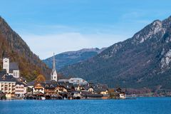 Hallstatt górska wioska na słonecznym dniu od klasycznego pocztówkowego punkt widzenia Salzkammergut Austria zdjęcia royalty free