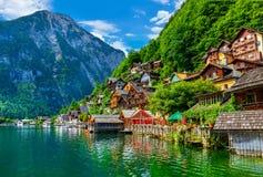 Hallstatt gamla radhus på den gröna kullen i Österrike Royaltyfria Bilder