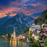 Hallstatt by i fjällängar och sjön på skymning, Österrike, Europa arkivfoto