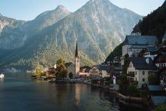 Hallstatt by i fjällängar på skymning, Österrike Royaltyfri Bild