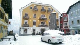 Hallstatt i snösikten, Österrike Arkivbilder