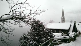 Hallstatt i snösikten, Österrike Arkivfoto
