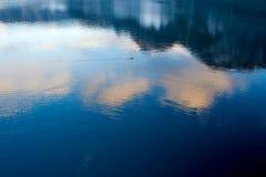 Hallstatt jezioro z kaczką, chmurami i odbiciami niebo w wodzie, Salzkammergut, Austria zdjęcie stock