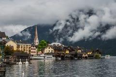 Hallstatt nella foschia e nelle nuvole, Austria Immagine Stock