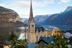 Hallstatt nos cumes de Áustria, na igreja luterana e no hotel, lago Hallstätter em montanhas de Dachstein imagens de stock royalty free
