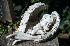 HALLSTATT SALZKAMMERGUT/AUSTRIA - SEPTEMBER 14: Behandla som ett barn Angel St Arkivfoton