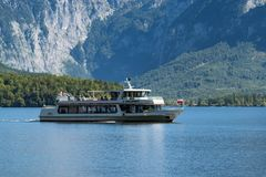HALLSTATT SALZKAMMERGUT/AUSTRIA - SEPTEMBER 14: Turister Enjo Royaltyfri Foto