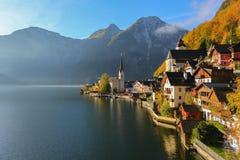 Hallstatt ser sjön och den gamla staden i Österrike royaltyfri fotografi