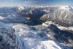 Hallstatt sjö som omges av berg Arkivfoto