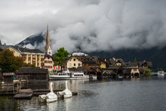 Hallstatt turístico velho nas nuvens, Áustria Imagens de Stock