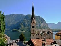 Hallstatt-vista della torre di chiesa e del lago Hallstatt Fotografia Stock