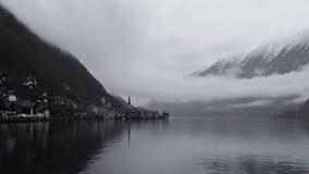Hallstatt wioska w Austria na mglistym i jezioro, zima dzień zdjęcie stock