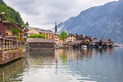Hallstattdorp in Alpen bij bewolkte dag Royalty-vrije Stock Foto