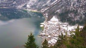 Hallstatter sjö och snöig Hallstatt, Österrike stock video