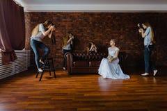 Halluzination einer Braut mit vier Fotografen Stockbilder