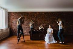 Halluzination einer Braut mit vier Fotografen Lizenzfreie Stockfotografie
