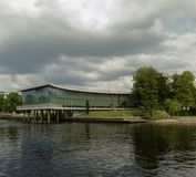 Halmstad-Bibliothek durch den Fluss Nissan Stockfotografie