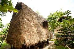 Halmtäcka takbungalowen på den tropiska semesterorten Royaltyfri Fotografi