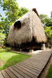 Halmtäcka takbungalowen på den tropiska semesterorten Royaltyfria Foton