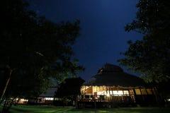Halmtäcka takchalet i Mocambique på natten Royaltyfri Foto