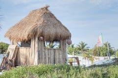 Halmtäckt strandkoja Fotografering för Bildbyråer