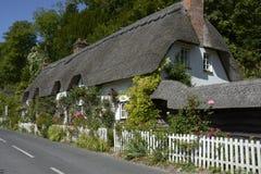Halmtäckt stuga på Wherwell hampshire england Royaltyfria Bilder