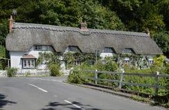 Halmtäckt stuga på Wherwell hampshire england Arkivbilder