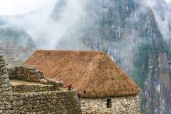 Halmtäckt tak på Machu Picchu Royaltyfri Foto