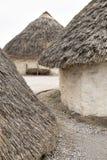 Halmtäckte det neolitiska huset för utställningen på Stonehenge, Salisbury, Wiltshire, England med hasselträt taket, och sugrörhö arkivfoton