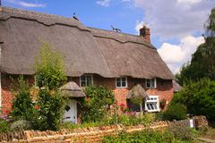 Halmtäckte stugor i Oxfordshire Arkivbilder