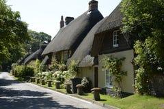 Halmtäckte stugor på Wherwell hampshire england Arkivbild