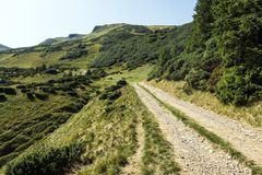 Halna ścieżka prowadzi żandarm i Bliznitsa góry Fotografia Stock
