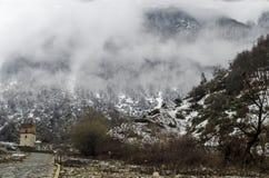 Halna śniegu krajobrazu natura z drzewami i mgłą przy Ilisu, Gakh Azerbejdżan, Duży Kaukaz Obrazy Stock