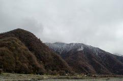 Halna śniegu krajobrazu natura z drzewami i mgłą przy Ilisu, Gakh Azerbejdżan, Duży Kaukaz Obraz Stock
