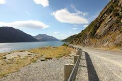 Halna droga obok jeziora Zdjęcia Royalty Free