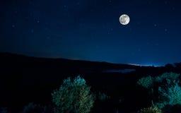 Halna droga przez lasu na księżyc w pełni nocy Sceniczny noc krajobraz zmrok - niebieskie niebo z księżyc Azerbejdżan Tęsk żaluzj Obraz Royalty Free