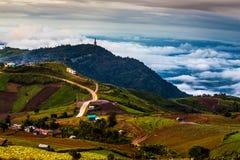 Halna droga w przy Phu Hin Rong Kla parkiem narodowym Fotografia Royalty Free