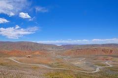Halna droga w wysokich Andes, synklina Cuesta De Lipan jar od Susques Purmamarca, Jujuy, Argentyna obraz stock