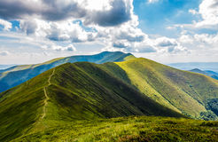 Halna grani ścieżka przez trawiastych wzgórzy Obrazy Royalty Free