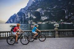 Halna jechać na rowerze kobieta i młoda dziewczyna obraz royalty free