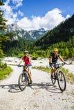 Halna jechać na rowerze kobieta i młoda dziewczyna fotografia royalty free