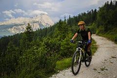 Halna jechać na rowerze kobieta w dolomitach, Włochy obraz stock