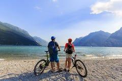 Halna jechać na rowerze para na Jeziornym Gardzie Zdjęcia Royalty Free