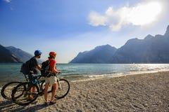 Halna jechać na rowerze para na Jeziornym Gardzie Obrazy Stock