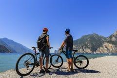 Halna jechać na rowerze para na Jeziornym Gardzie Fotografia Royalty Free